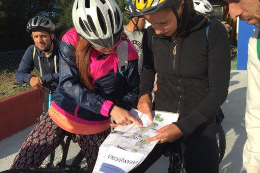 Yincana en bicicleta viendo el mapa